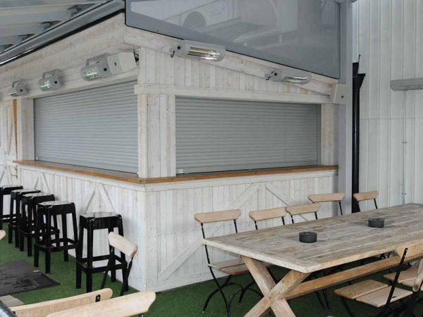 Skyddsjalusi Mini Safe aluminium i en bar på på takterass